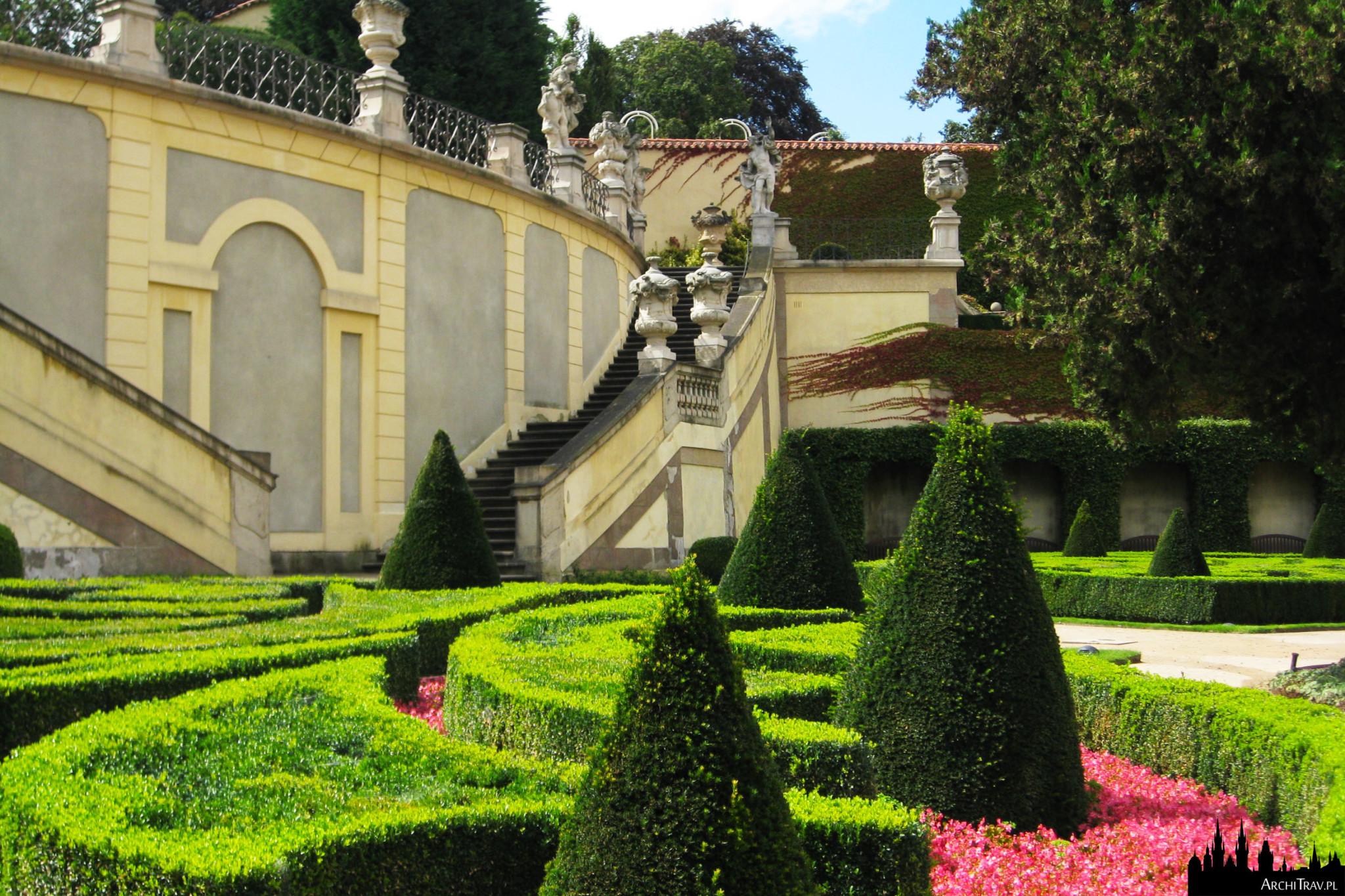 widok na pierwszy poziom tarasowego Ogrodu Vrtbowskiego ukazujący soczystą zieleń bukszpanu