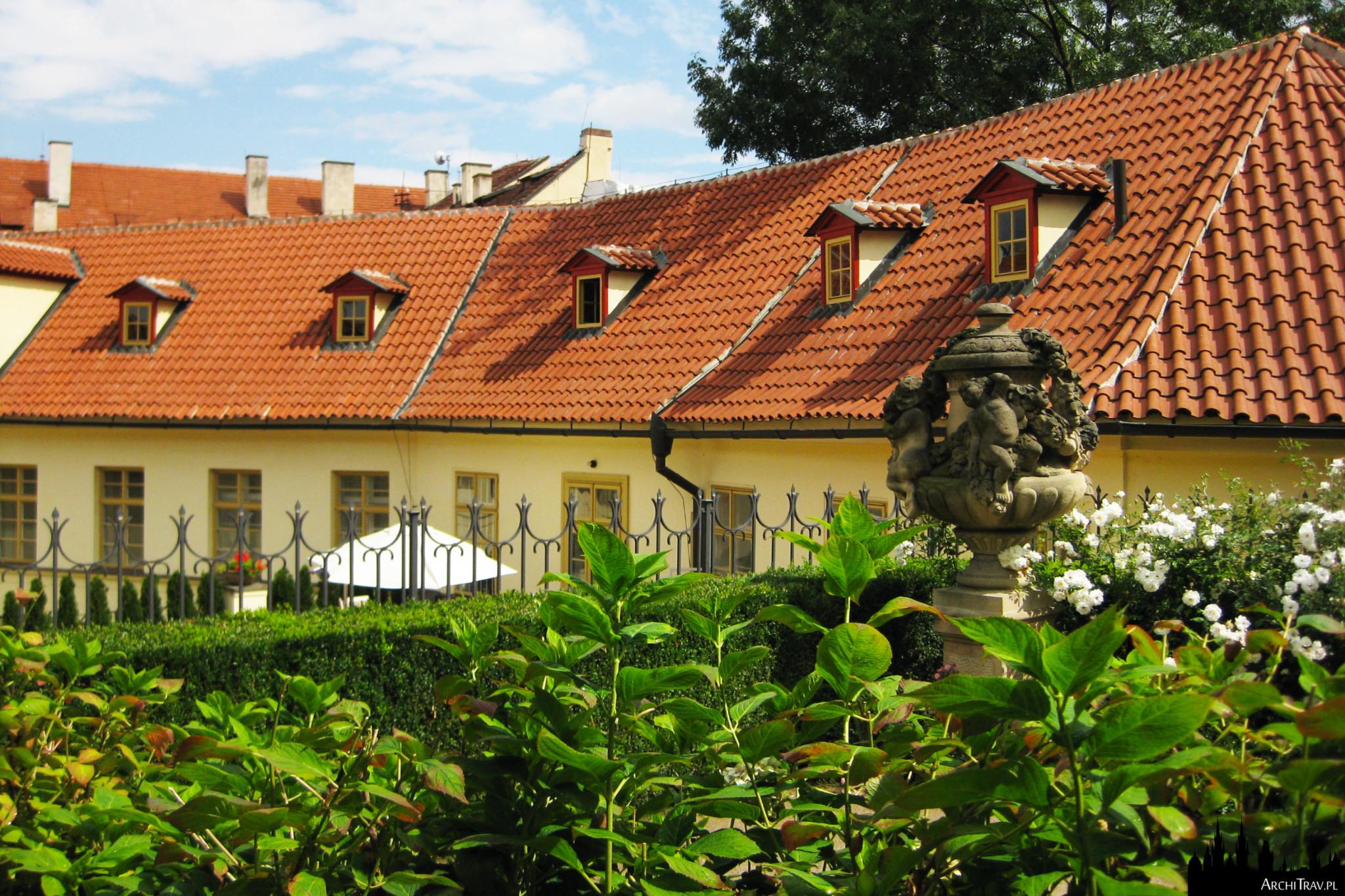 środkowy poziom w Ogrodzie Vrtbowskim, widok na zieleń i budynek pałacu Vrtbowskiego w Pradze