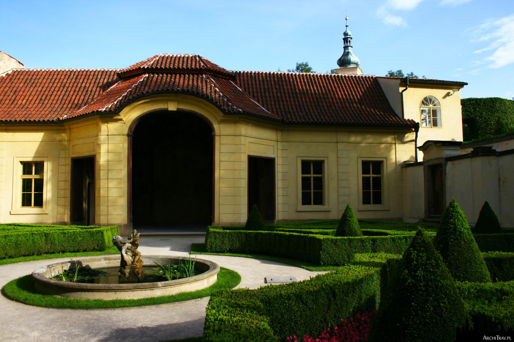 sala terrena i oczko wodne w Ogrodzie Vrtbowskim w Pradze