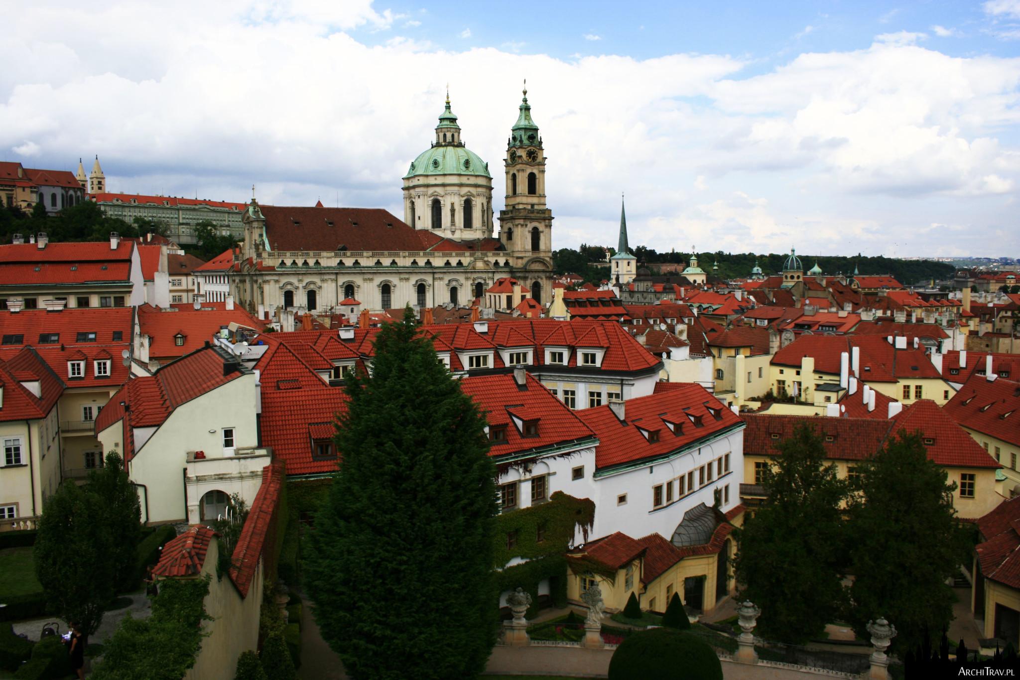 widok na Malą Stranę i kościół św. Mikołaja z ostatniego poziomu Ogrodu Vrtbowskiego w Pradze
