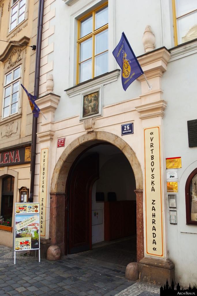brama prowadząca do Ogrodu Vrtbowskiego w Pradze, wejście od ulicy Karmelitskiej