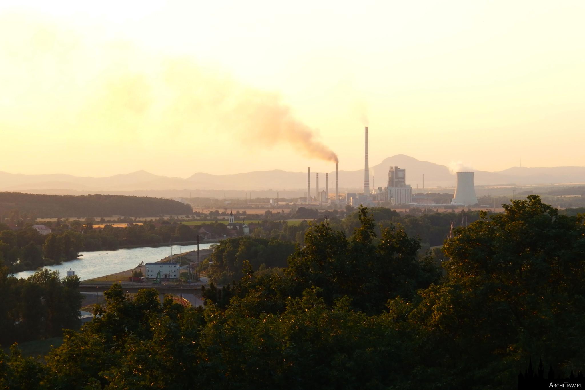 widok na dymiące kominy przy zachodzie słońca w Mielniku w Czechach