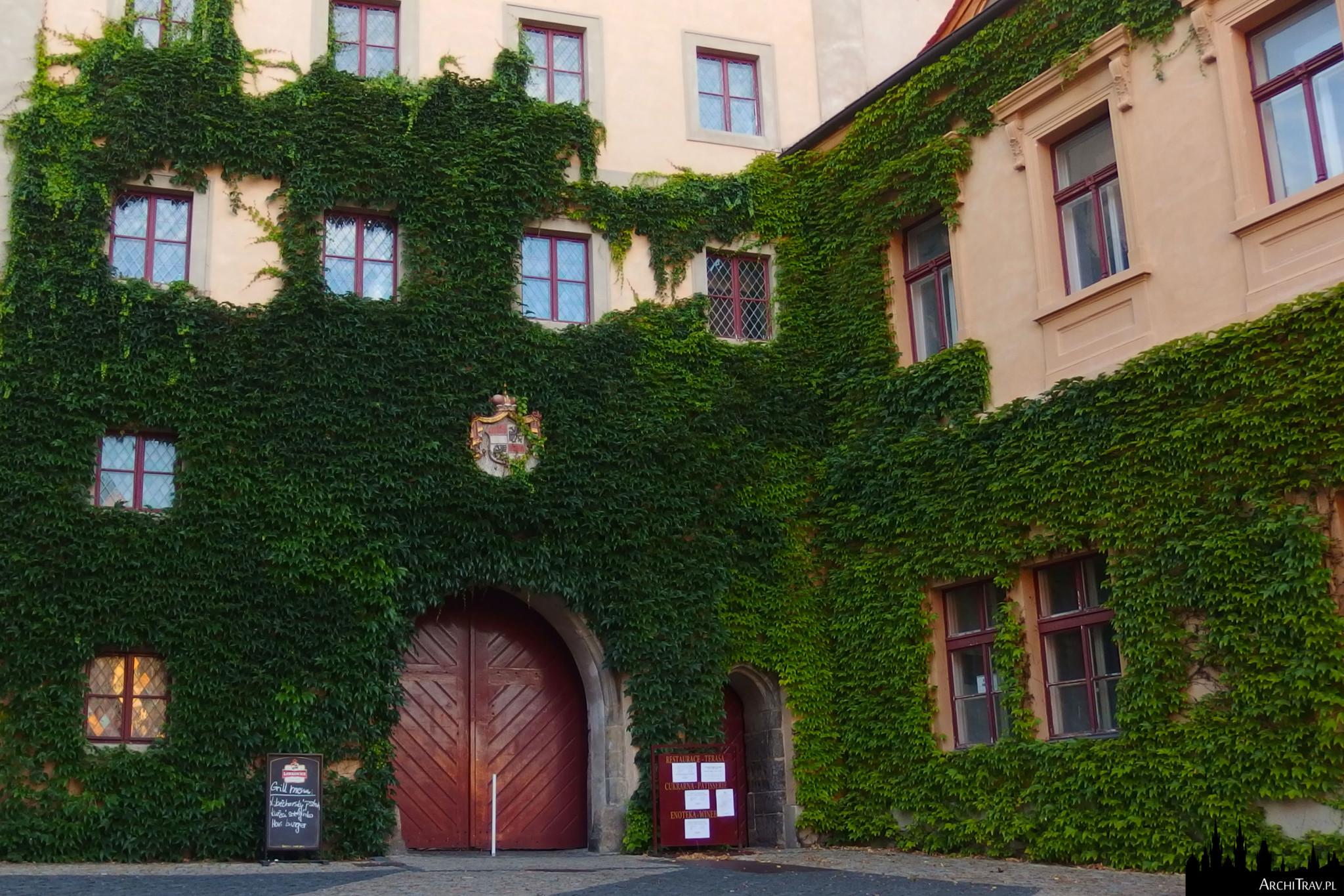 zamek w Mielniku z zewnątrz - fasady obrośnięte bluszczem