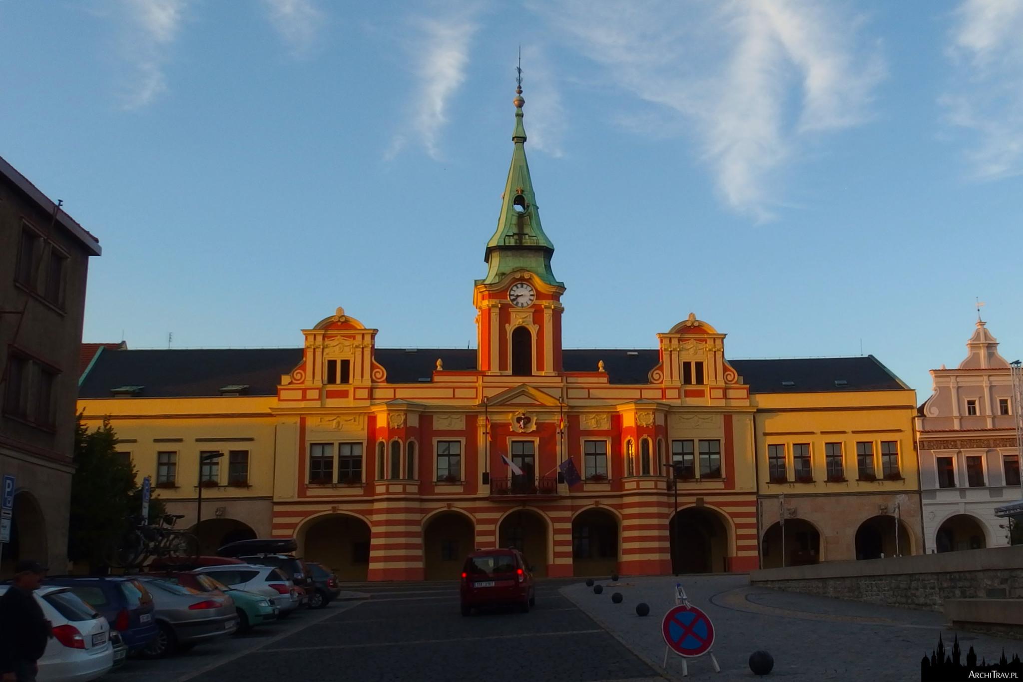 ratusz o żółto czerwonej fasadzie na rynku w Mielniku