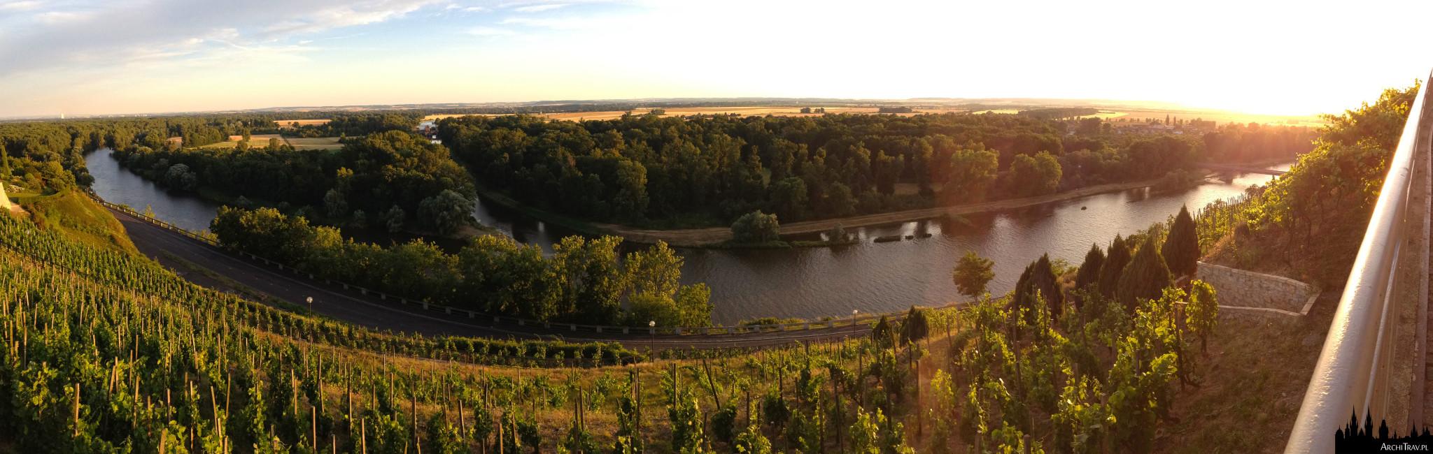 panorama przedstawiająca winnice i zbieg rzek Wełtawy i Łaby w Mielniku