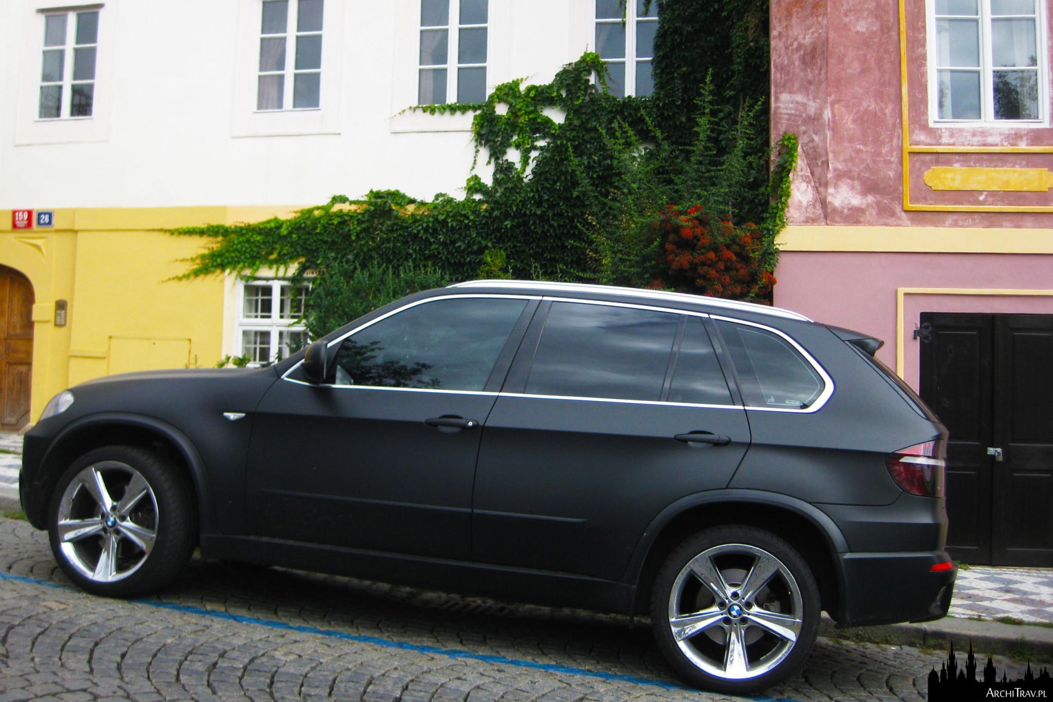 czarne matowe auto zaparkowane w niebieskiej strefie na ulicy Uvoz w Pradze