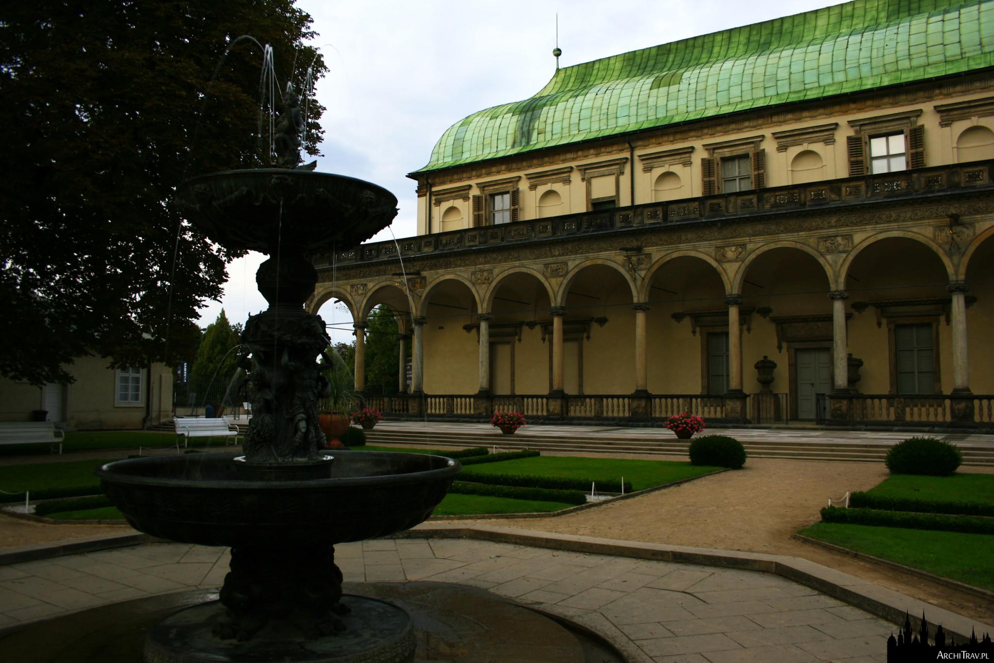 na pierwszym planie barokowa Śpiewająca Fontanna, dalej część renesansowego budynku (Belwederu) o charakterystycznym w kształcie odwróconego statku dachu
