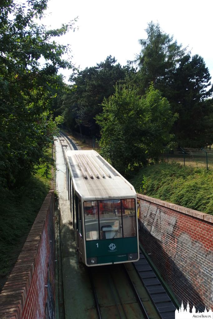 wagonik jadący w kierunku Wzgórza Petrin