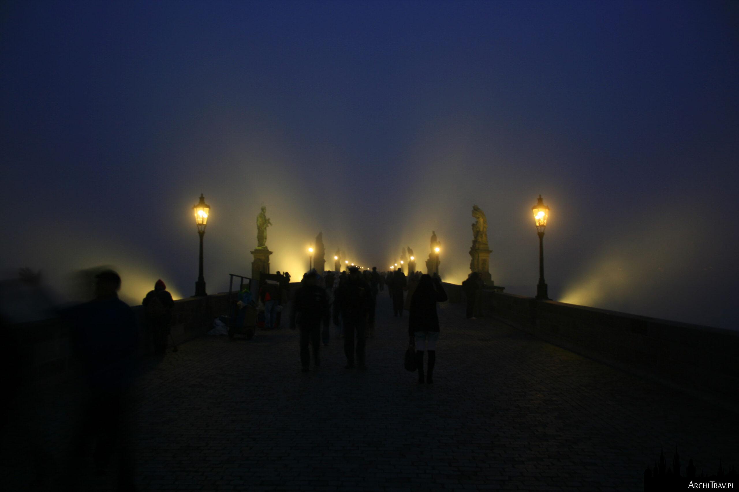 Most Karola podczas mgły, widać jedynie światła, jest ciemno, ma się wrażenie, jakby most lewitował