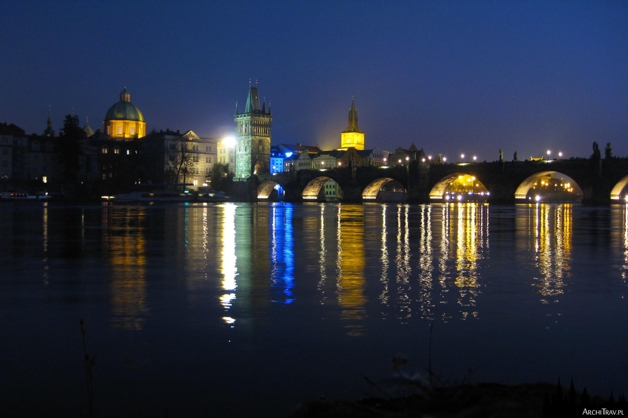 Widok na Most Karola w nocy w kierunku Starego Miasta
