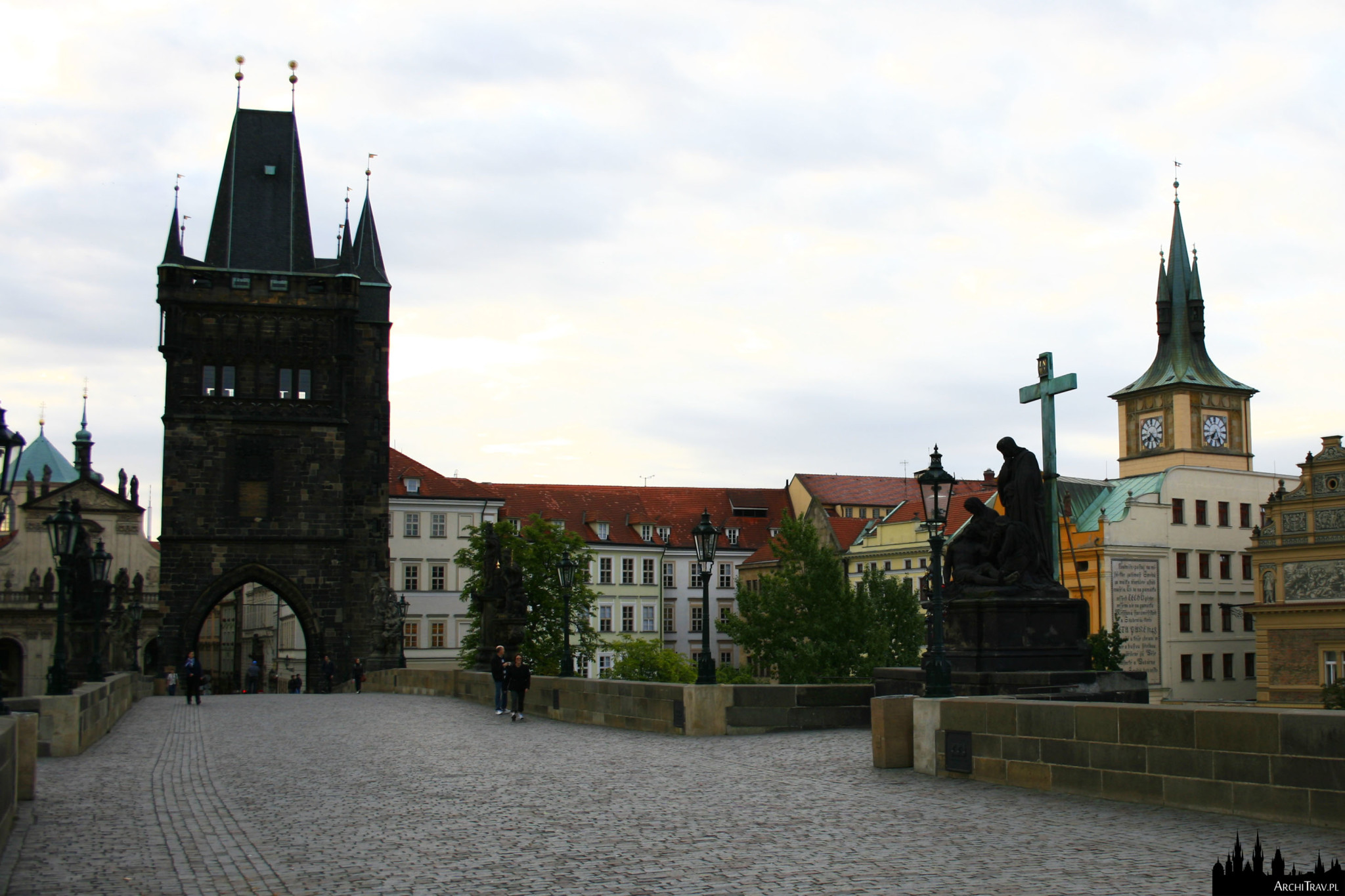 Most Karola w Pradze bardzo wcześnie rano w pochmurny dzień, widok z Mostu Karola w kierunku Starego Miasta, na Wieżę Staromiejską