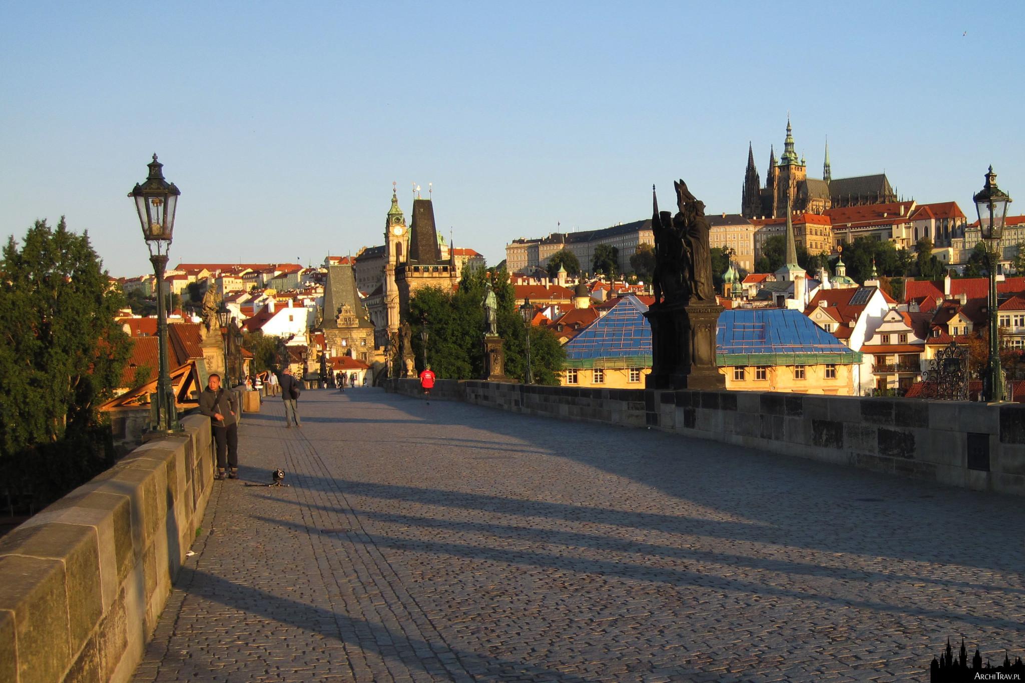 widok na Most Karola, w oddali Katedra św. Wita, poranek na moście, bardzo mało ludzi