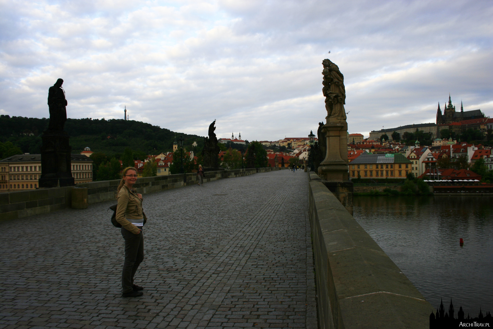Most Karola bardzo wcześnie rano w pochmurny dzień, zero ludzi, w oddali Hradczany