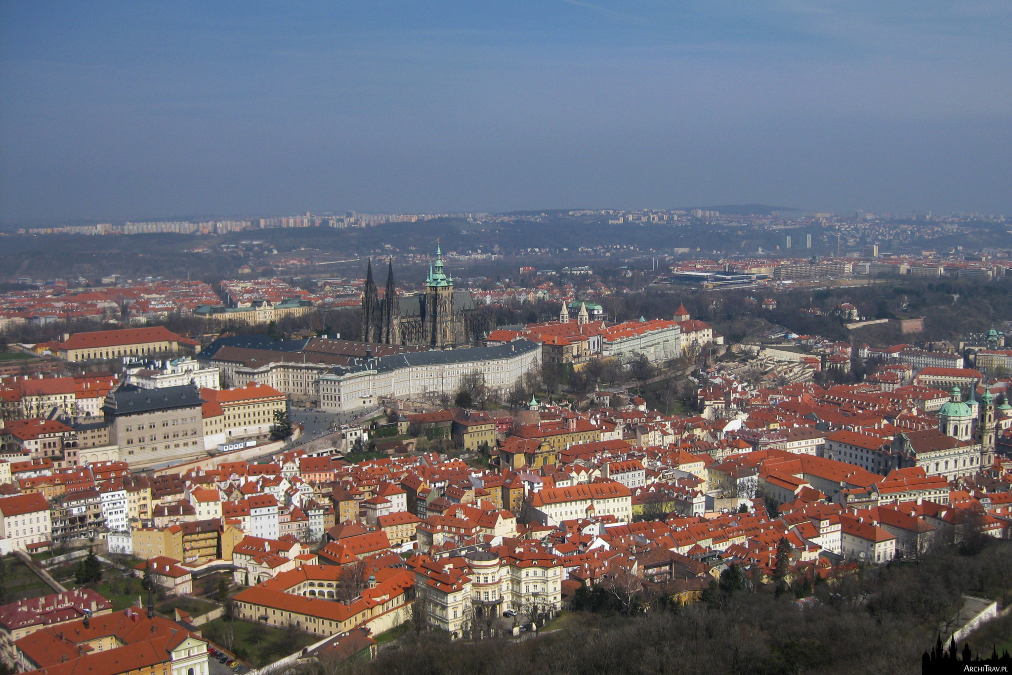 widok na zamek na Hradczanach ze wzgórza Petrin