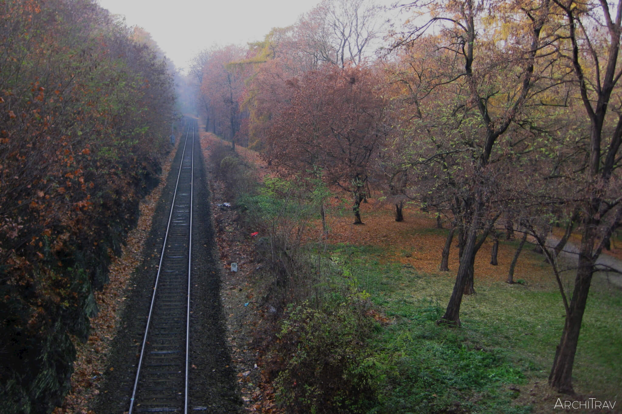 Park Stromovka jesien przejazd kolejowy