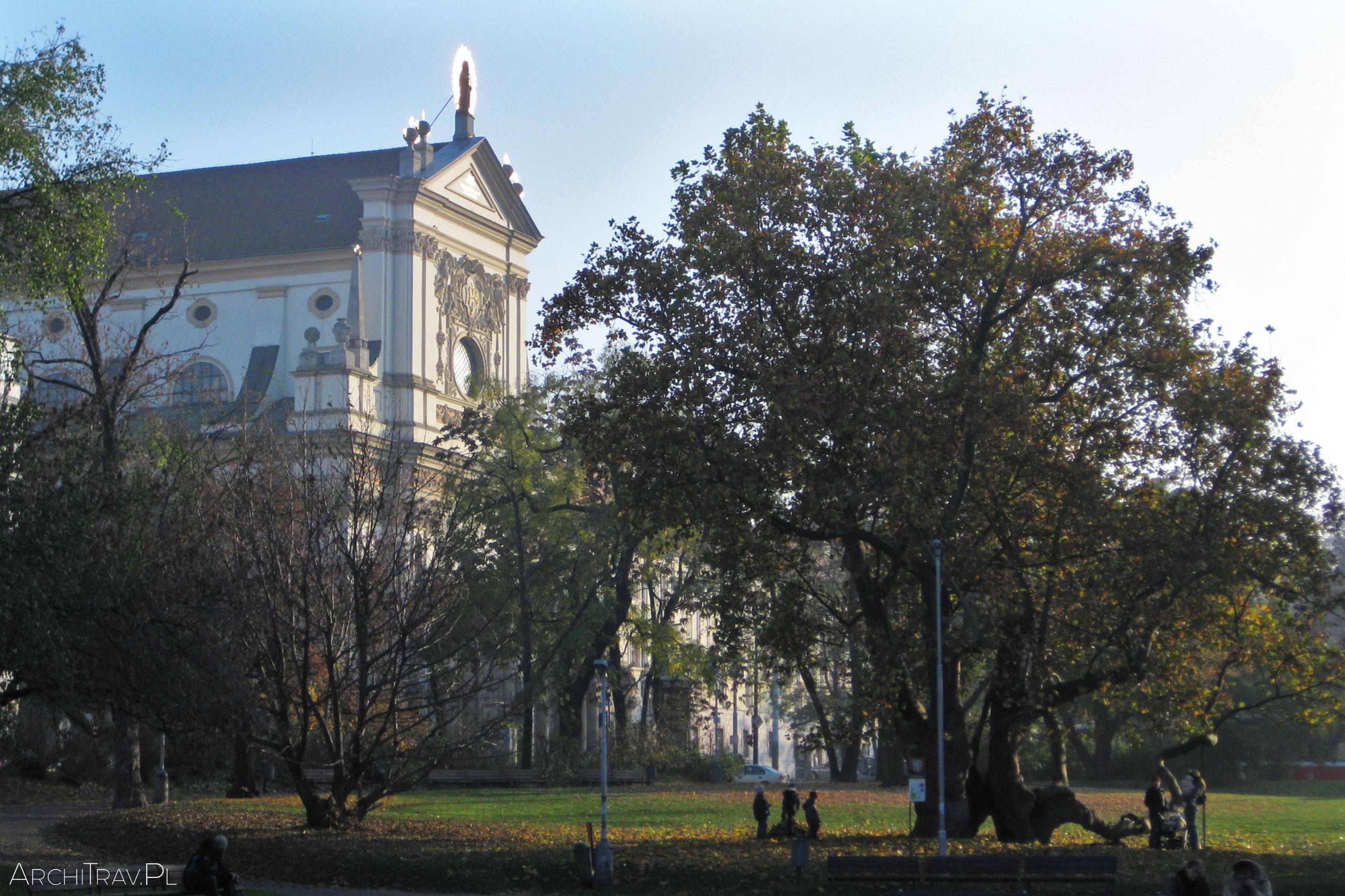 karlovo-namesti-praha-listopad