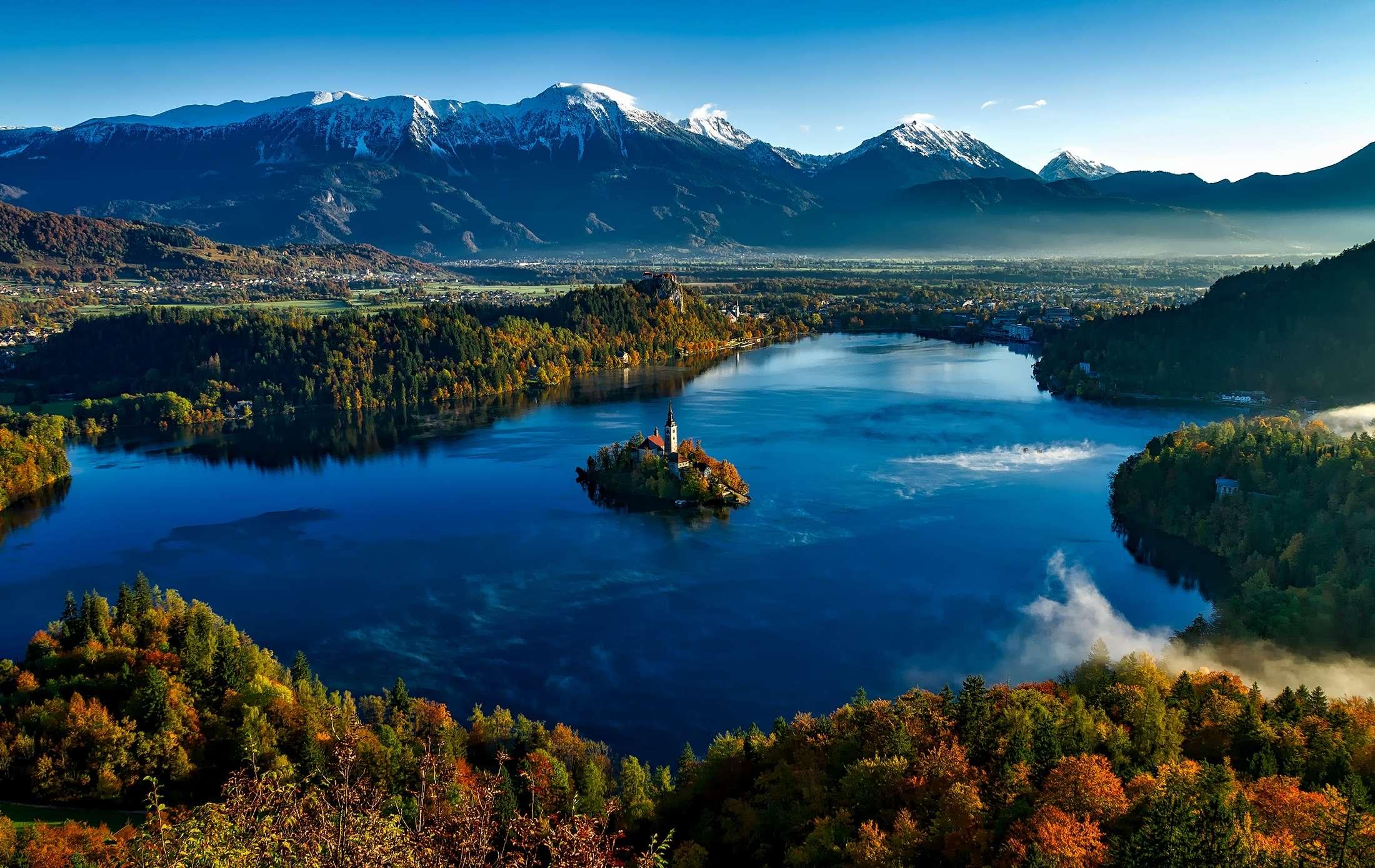Bled - widok na jezioro i wyspę w kolorach jesiennych z lotu ptaka