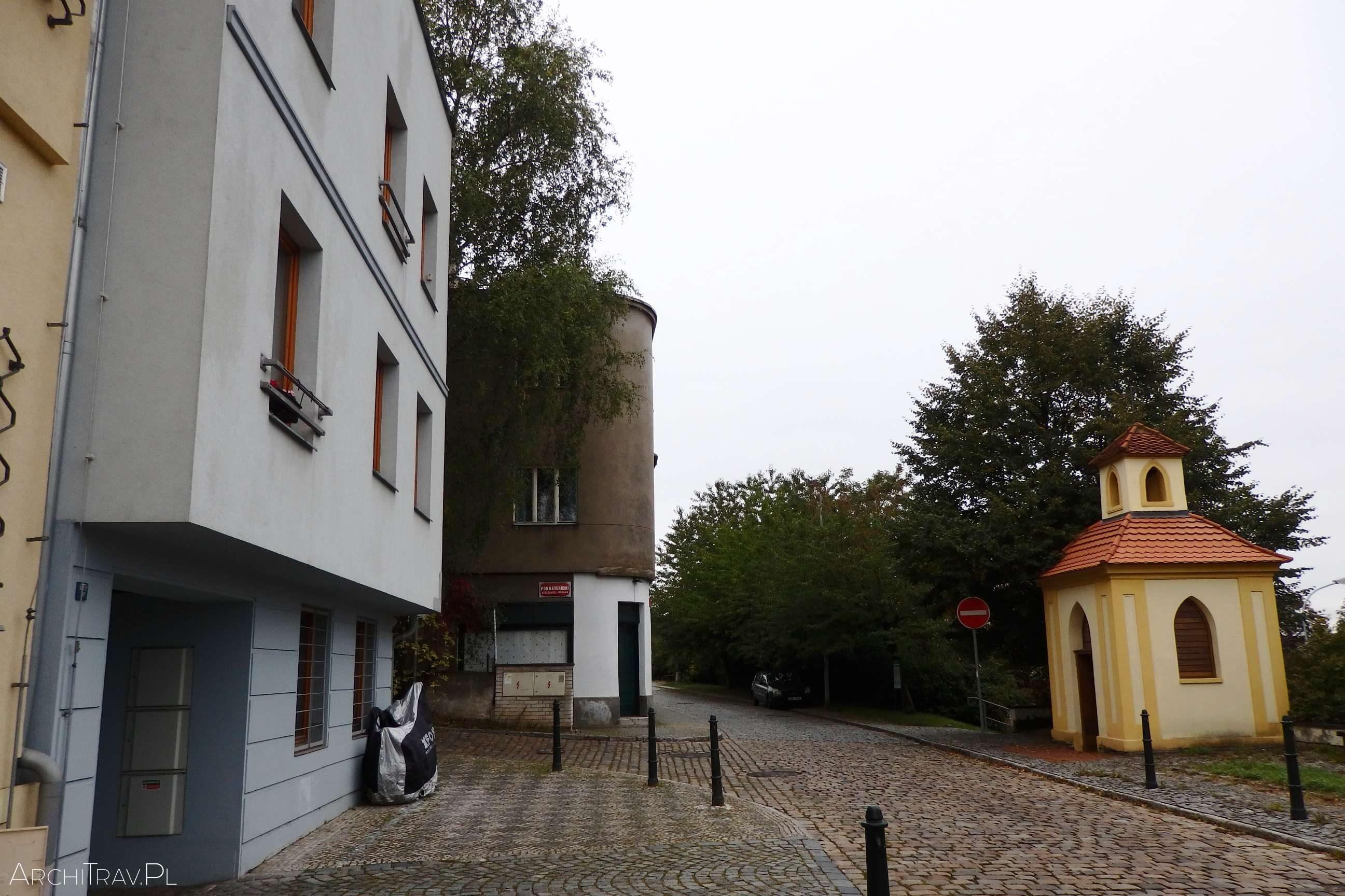 uliczka, po prawej stronie zvonicka