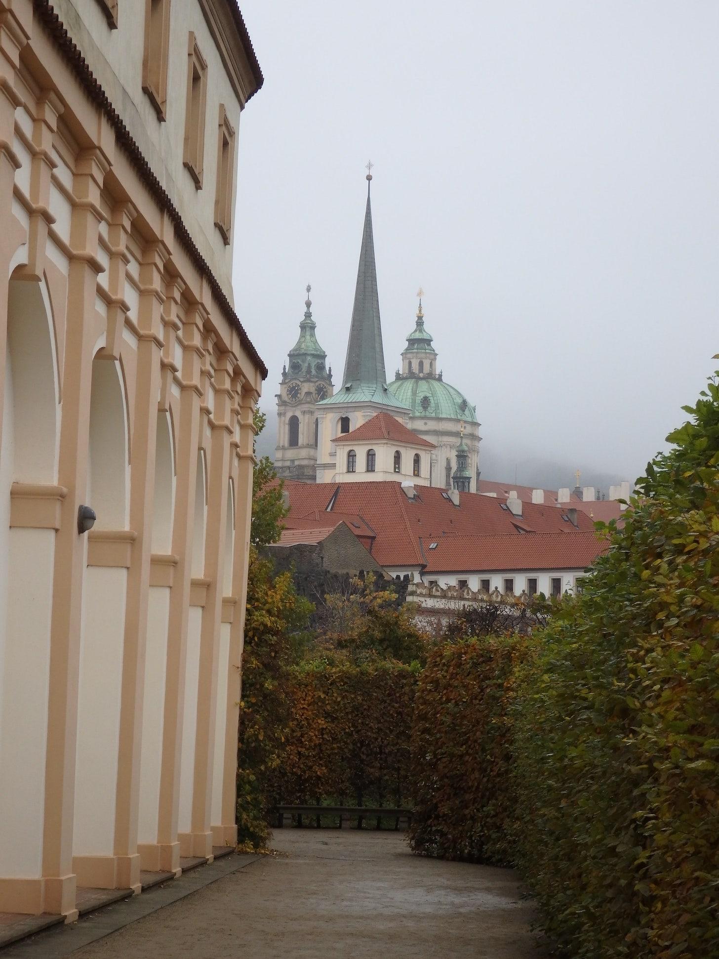 kościół św. Tomasza widoczny z ogrodów Wallensteina